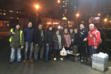 Как обычно, раздача горячей пищи бездомным людям собрала дружную компанию волонтёров.